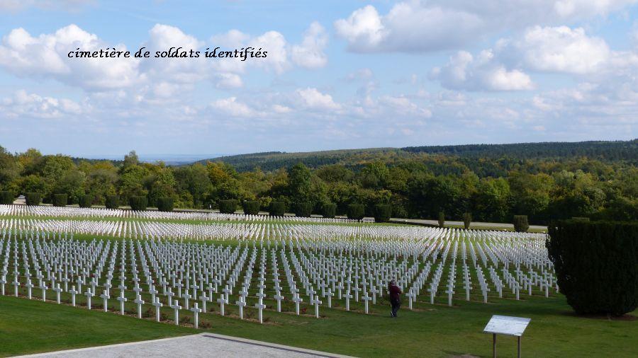 26 P1050527cimetière devant ossuaire soldats identifiés (18)